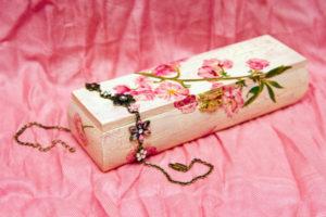 Декупаж на деревянном изделии - фото